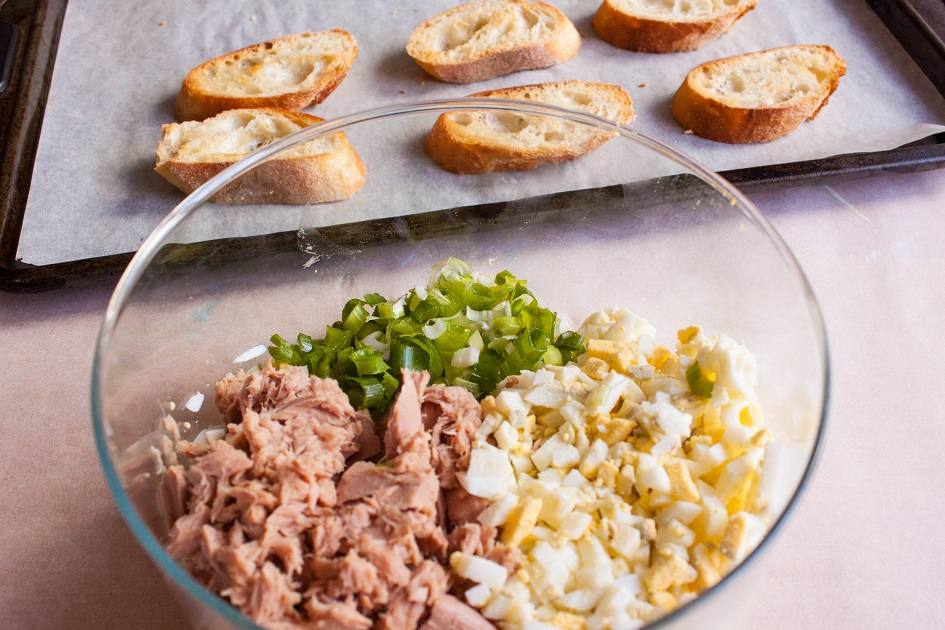 How to make tuna salad with eggs and pickles